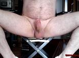 Breitbeinig auf dem Stuhl **FAN Wunsch**